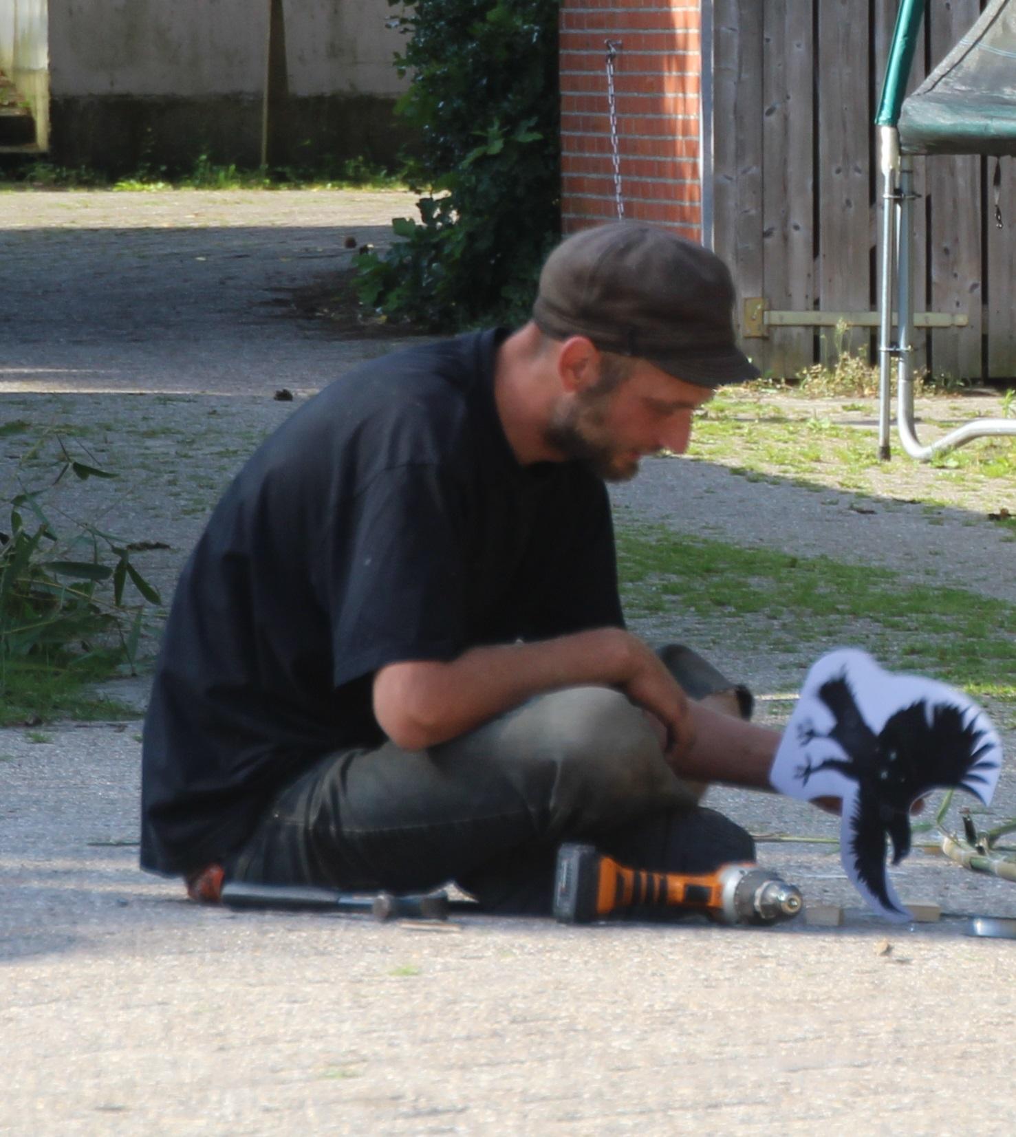 010-seq-tuinder_gijs_nauta_maakt_vogelverschrikkers_het_proefveld_zelfoogsttuin_biotoop_haren_foto_simon_wijma.jpg